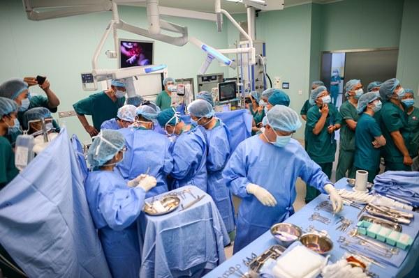 Cuộc đại phẫu đặc biệt của gần 100 bác sĩ tách song sinh dính liền-22