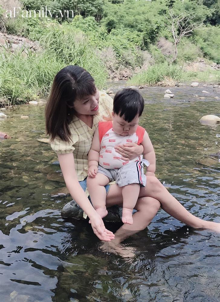 Diện đồ bơi xinh xẻo ra tắm suối, cậu nhóc vừa khóc vừa tạo dáng nàng tiên cá mắc cạn làm bố mẹ cười đau bụng-1