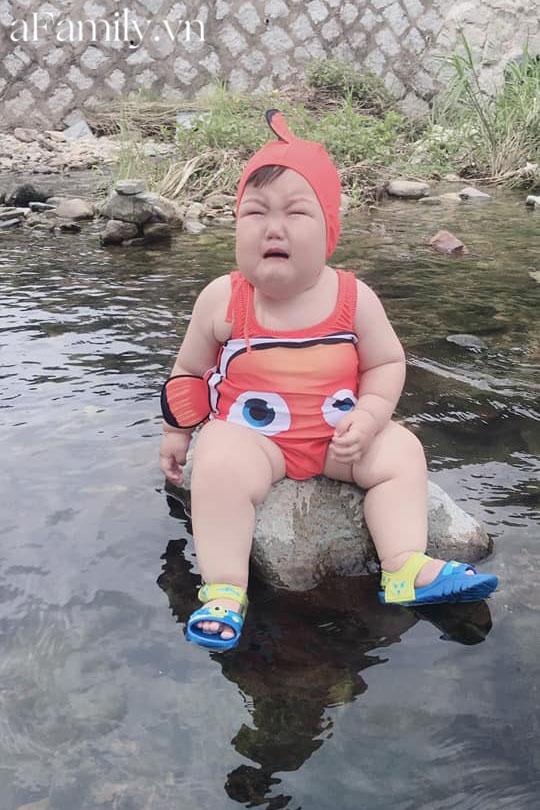 Diện đồ bơi xinh xẻo ra tắm suối, cậu nhóc vừa khóc vừa tạo dáng nàng tiên cá mắc cạn làm bố mẹ cười đau bụng-3
