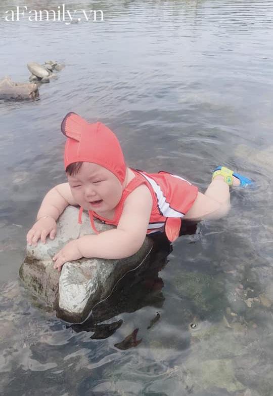Diện đồ bơi xinh xẻo ra tắm suối, cậu nhóc vừa khóc vừa tạo dáng nàng tiên cá mắc cạn làm bố mẹ cười đau bụng-4