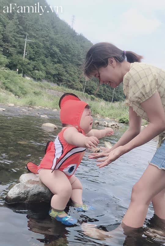 Diện đồ bơi xinh xẻo ra tắm suối, cậu nhóc vừa khóc vừa tạo dáng nàng tiên cá mắc cạn làm bố mẹ cười đau bụng-8