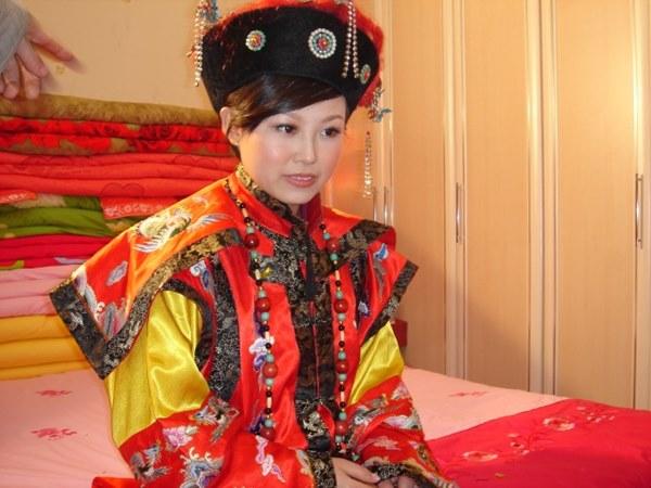 Đám cưới đặc biệt của người Mãn tại Trung Quốc: Cô dâu rời nhà khi trời chưa sáng tỏ và điều kỳ lạ về 3 mũi tên chú rể bắn về phía cô dâu-1