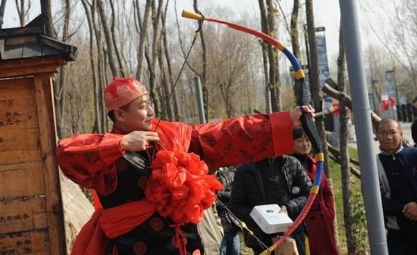 Đám cưới đặc biệt của người Mãn tại Trung Quốc: Cô dâu rời nhà khi trời chưa sáng tỏ và điều kỳ lạ về 3 mũi tên chú rể bắn về phía cô dâu-3