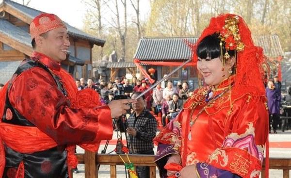 Đám cưới đặc biệt của người Mãn tại Trung Quốc: Cô dâu rời nhà khi trời chưa sáng tỏ và điều kỳ lạ về 3 mũi tên chú rể bắn về phía cô dâu-4