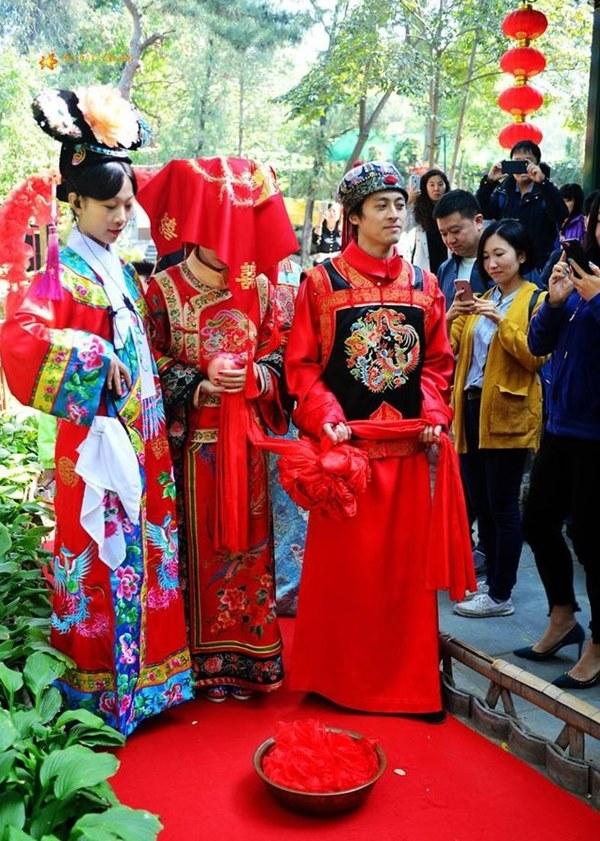 Đám cưới đặc biệt của người Mãn tại Trung Quốc: Cô dâu rời nhà khi trời chưa sáng tỏ và điều kỳ lạ về 3 mũi tên chú rể bắn về phía cô dâu-5