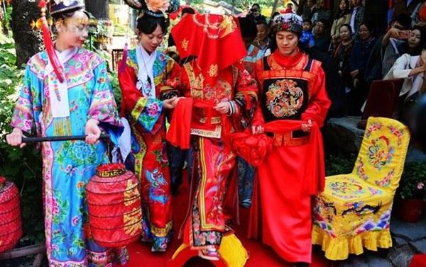 Đám cưới đặc biệt của người Mãn tại Trung Quốc: Cô dâu rời nhà khi trời chưa sáng tỏ và điều kỳ lạ về 3 mũi tên chú rể bắn về phía cô dâu-6