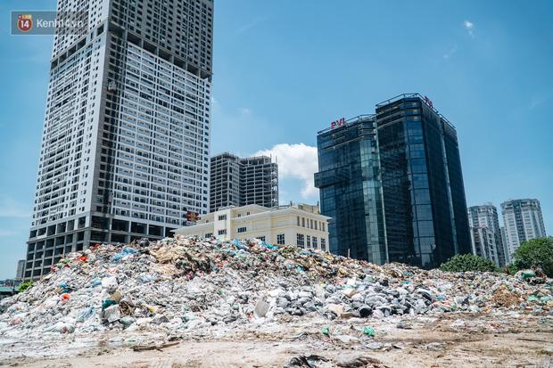 Công nhân môi trường những ngày rác ngập tràn Hà Nội: Nếu trời mưa, tôi không dám tưởng tượng sẽ như thế nào...-1