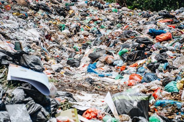 Công nhân môi trường những ngày rác ngập tràn Hà Nội: Nếu trời mưa, tôi không dám tưởng tượng sẽ như thế nào...-2