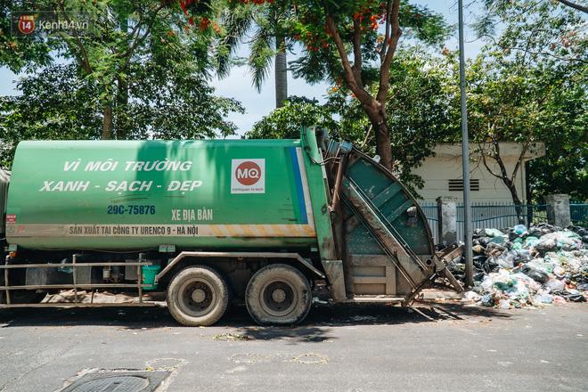 Công nhân môi trường những ngày rác ngập tràn Hà Nội: Nếu trời mưa, tôi không dám tưởng tượng sẽ như thế nào...-5