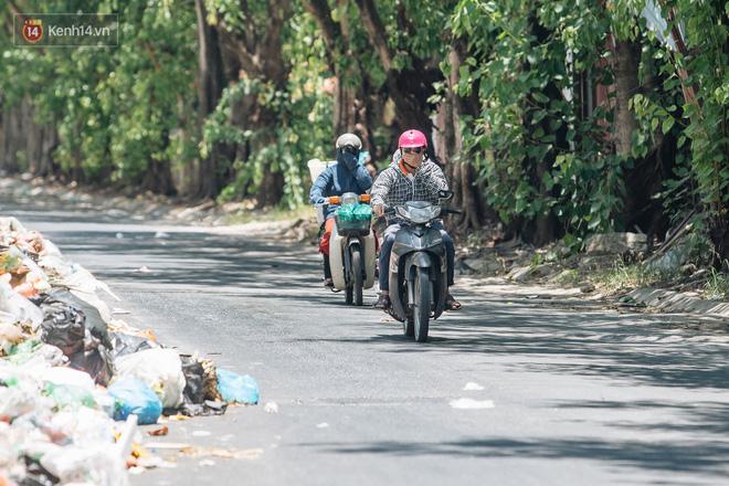 Công nhân môi trường những ngày rác ngập tràn Hà Nội: Nếu trời mưa, tôi không dám tưởng tượng sẽ như thế nào...-4