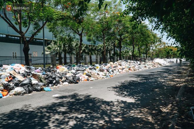 Công nhân môi trường những ngày rác ngập tràn Hà Nội: Nếu trời mưa, tôi không dám tưởng tượng sẽ như thế nào...-3