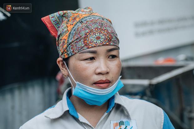 Công nhân môi trường những ngày rác ngập tràn Hà Nội: Nếu trời mưa, tôi không dám tưởng tượng sẽ như thế nào...-9