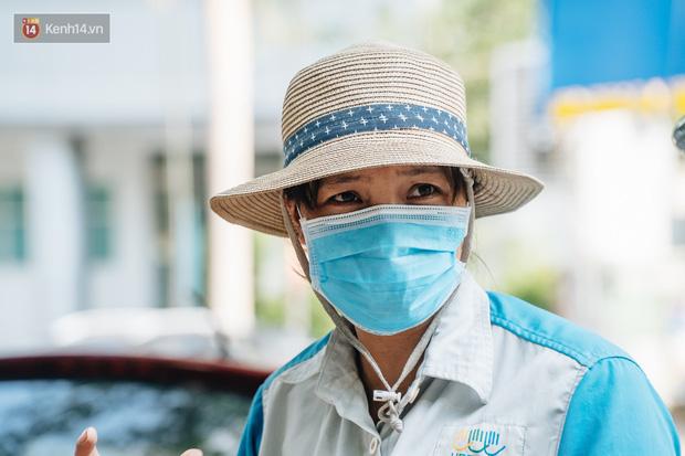 Công nhân môi trường những ngày rác ngập tràn Hà Nội: Nếu trời mưa, tôi không dám tưởng tượng sẽ như thế nào...-6