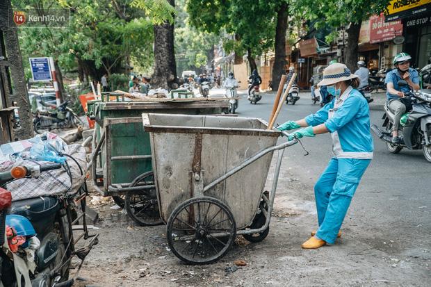 Công nhân môi trường những ngày rác ngập tràn Hà Nội: Nếu trời mưa, tôi không dám tưởng tượng sẽ như thế nào...-7