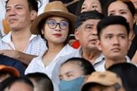 Sắp đến ngày lâm bồn, Nhật Linh vẫn đến sân cổ vũ Phan Văn Đức bất chấp nắng nóng hơn 38 độ C