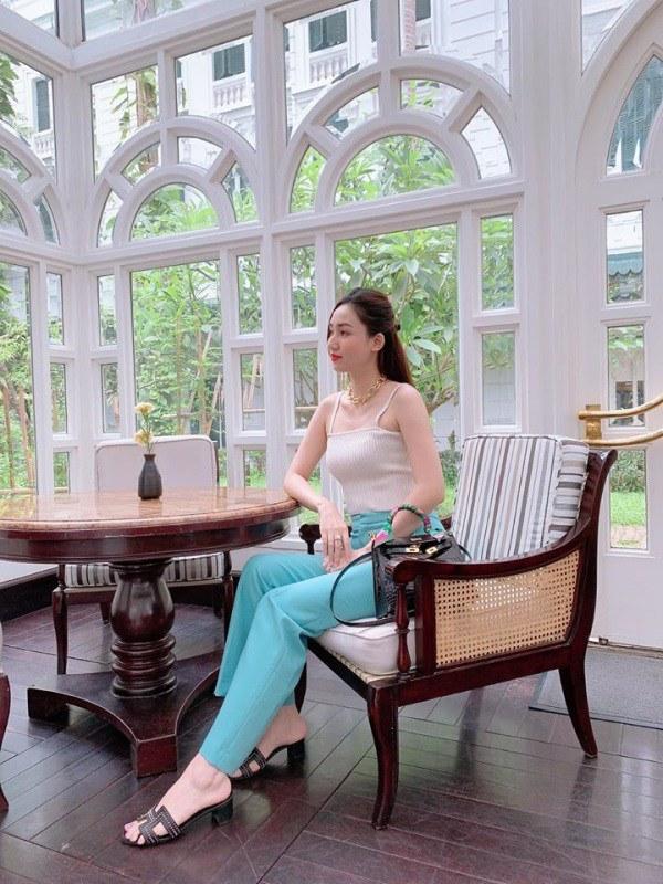 Chị em Á hậu lấy chồng đại gia: ăn mặc sang chảnh, lúc nào cũng xách túi hiệu đôi-12