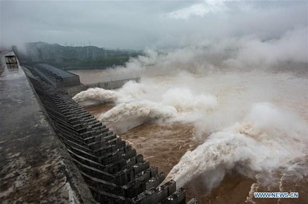 Nước về đạt 61.000 m3/giây, đập Tam Hiệp mở 3 cửa xả lũ-3