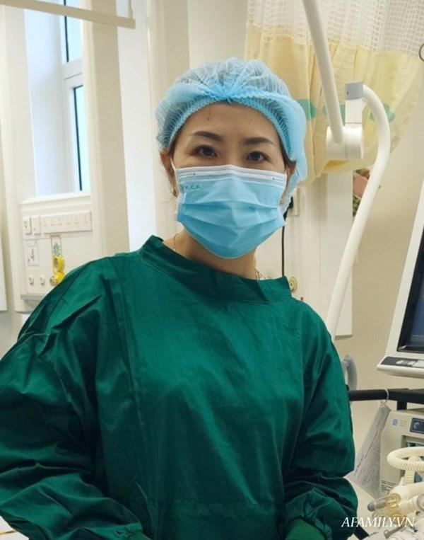 Xúc động cảnh bác sĩ chuyển nệm chống loét cho hai bé song sinh Trúc Nhi - Diệu Nhi, cố gắng không để nhiễm trùng-2