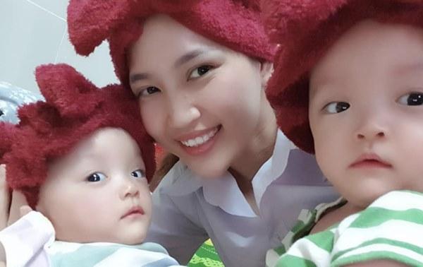 Xúc động cảnh bác sĩ chuyển nệm chống loét cho hai bé song sinh Trúc Nhi - Diệu Nhi, cố gắng không để nhiễm trùng-3