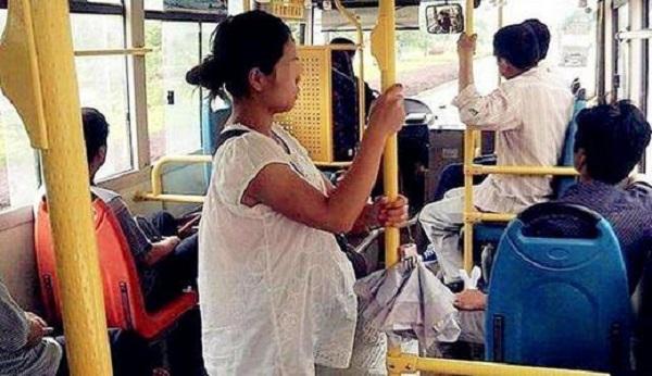 Sản phụ một mình đi xe buýt đến viện sinh con, kết quả sau đó khiến cả gia đình đau xót-1
