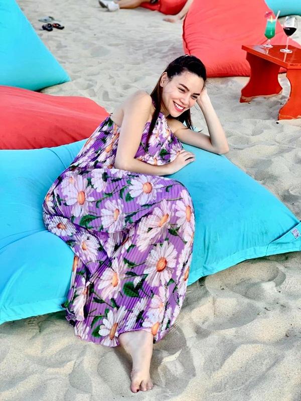 Hà Hồ có cả tá váy áo đi biển xinh xắn quá, chị em nhìn mà ai cũng muốn đu theo-2