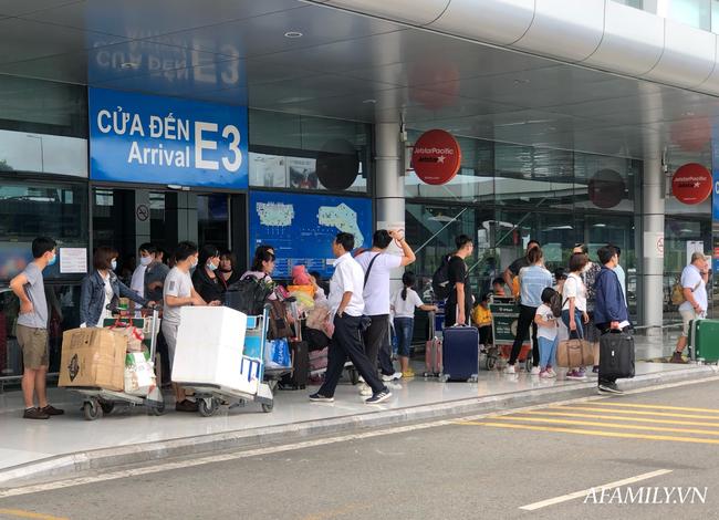 Ảnh: Biển người vật vã hàng tiếng đồng hồ chờ check-in tại sân bay Nội Bài giữa mùa cao điểm du lịch-1