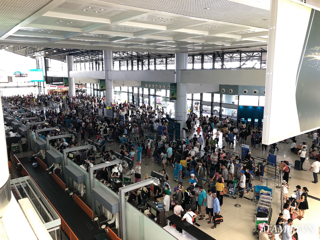 Ảnh: Biển người vật vã hàng tiếng đồng hồ chờ check-in tại sân bay Nội Bài giữa mùa cao điểm du lịch-3