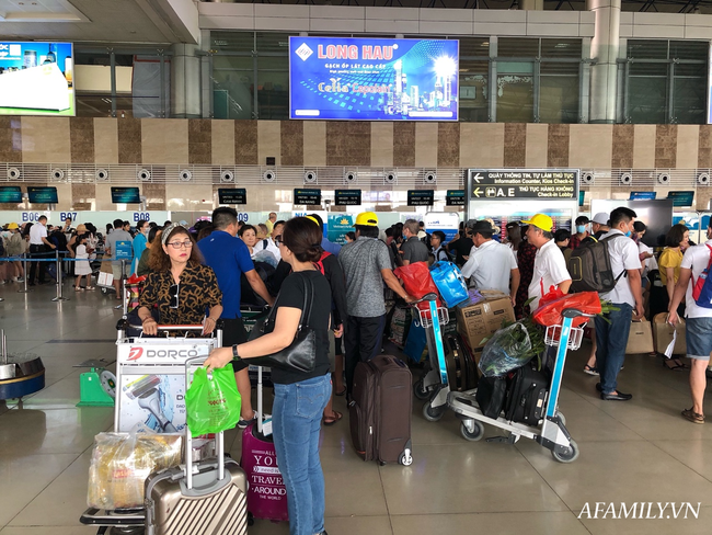 Ảnh: Biển người vật vã hàng tiếng đồng hồ chờ check-in tại sân bay Nội Bài giữa mùa cao điểm du lịch-6