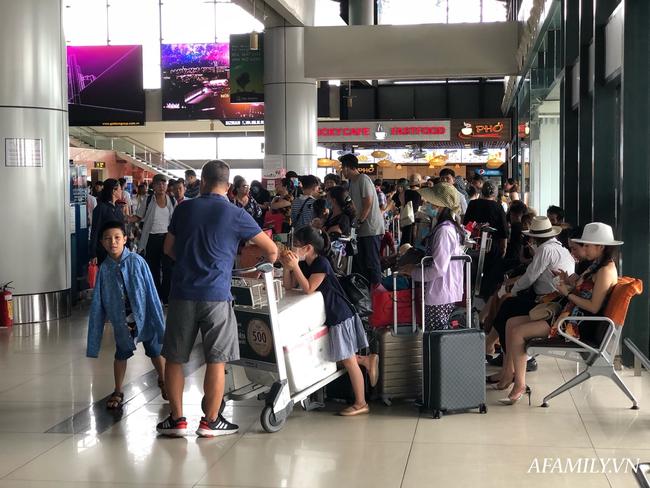 Ảnh: Biển người vật vã hàng tiếng đồng hồ chờ check-in tại sân bay Nội Bài giữa mùa cao điểm du lịch-7