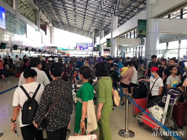 Ảnh: Biển người vật vã hàng tiếng đồng hồ chờ check-in tại sân bay Nội Bài giữa mùa cao điểm du lịch-8