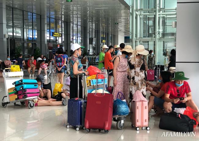Ảnh: Biển người vật vã hàng tiếng đồng hồ chờ check-in tại sân bay Nội Bài giữa mùa cao điểm du lịch-10
