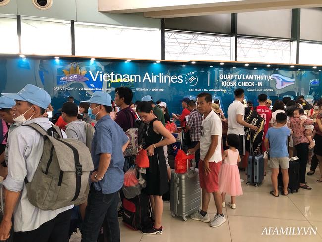 Ảnh: Biển người vật vã hàng tiếng đồng hồ chờ check-in tại sân bay Nội Bài giữa mùa cao điểm du lịch-11