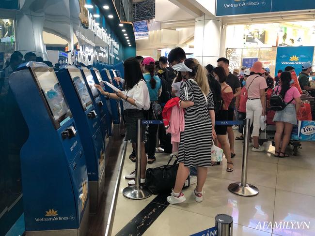 Ảnh: Biển người vật vã hàng tiếng đồng hồ chờ check-in tại sân bay Nội Bài giữa mùa cao điểm du lịch-12