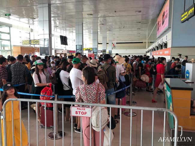 Ảnh: Biển người vật vã hàng tiếng đồng hồ chờ check-in tại sân bay Nội Bài giữa mùa cao điểm du lịch-14