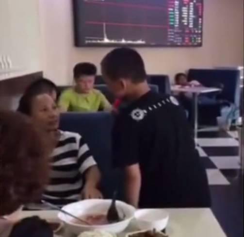 Chuyện về những bố mẹ Trung Quốc yêu con mù quáng: Từ việc để con trai 12 tuổi đòi sữa mẹ đến nam sinh thản nhiên nhìn mẹ quỳ xin đừng bỏ học-2