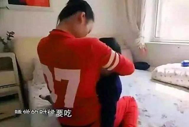 Chuyện về những bố mẹ Trung Quốc yêu con mù quáng: Từ việc để con trai 12 tuổi đòi sữa mẹ đến nam sinh thản nhiên nhìn mẹ quỳ xin đừng bỏ học-1
