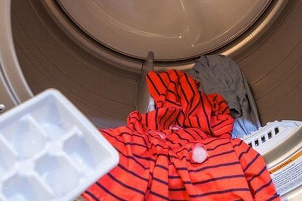 Hết đổ vào bồn cầu, vợ còn đổ đá lạnh vào máy giặt khiến chồng tròn mắt-1