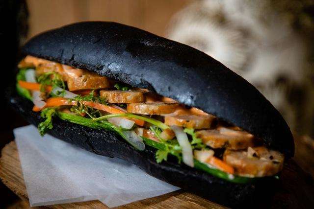 Dân mạng phát sốt với bánh mì bóng đêm đen như than ở Quảng Ninh-1