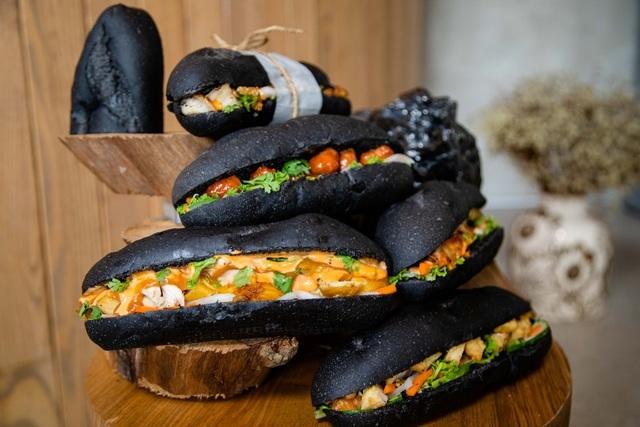 Dân mạng phát sốt với bánh mì bóng đêm đen như than ở Quảng Ninh-3