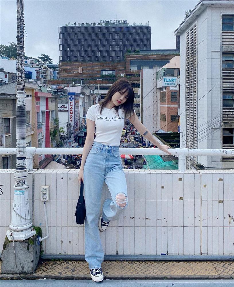 Những kiểu quần tôn dáng được sao Việt lăng xê, chị em đu theo thì chân dài tới nách là cái chắc-8