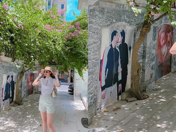Á hậu Thanh Tú trang trí cổng nhà bằng ảnh cả chồng lẫn con-2
