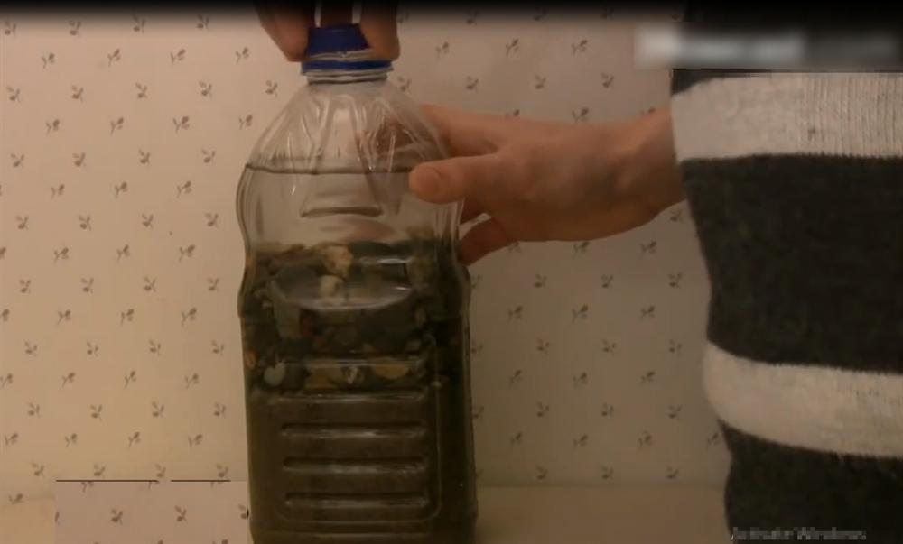 Ông xã cầm 2 chai bia vào nhà vệ sinh, tưởng làm điều gì mờ ám hóa ra lại giúp vợ tiết kiệm nước suốt cả mùa hè-4