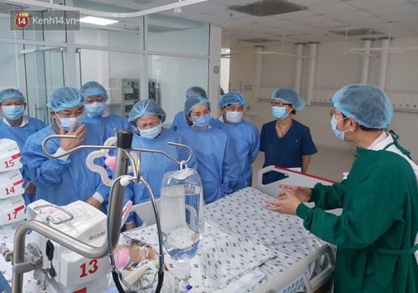 Hơn 2 tỷ đồng giúp đỡ 2 bé song sinh Trúc Nhi - Diệu Nhi, hiện các con vẫn thở máy và nuôi ăn ở tĩnh mạch-3
