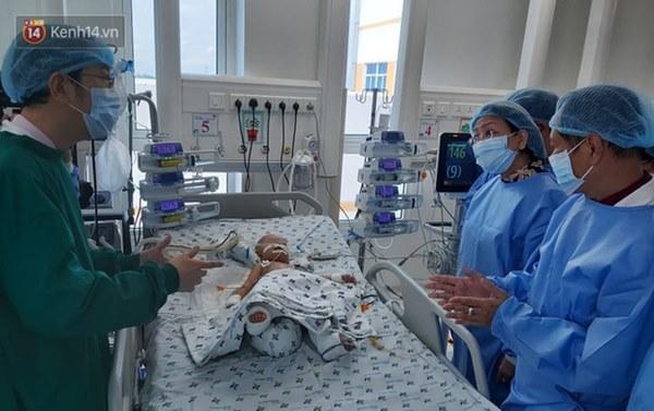 Hơn 2 tỷ đồng giúp đỡ 2 bé song sinh Trúc Nhi - Diệu Nhi, hiện các con vẫn thở máy và nuôi ăn ở tĩnh mạch-4