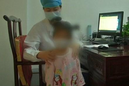 Cô bé 5 tuổi mắc căn bệnh của người già khiến cả nhà đều kinh ngạc, bác sĩ cảnh báo ngày càng nhiều trẻ mắc bệnh này nếu cha mẹ không để ý đến con