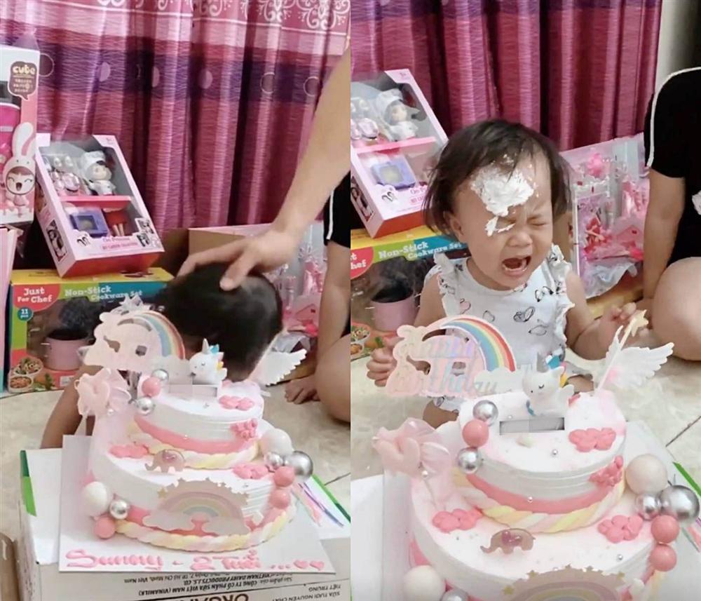 Quế Ngọc Hải mang thói quen ở tuyển VN về nhà, con gái khóc thét trong ngày sinh nhật-2