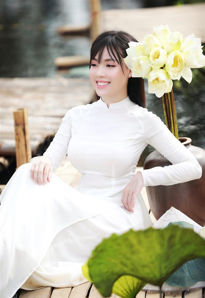 Vẻ đẹp mê hoặc của nữ giảng viên nổi tiếng Hà Nội trong bộ ảnh áo dài bên hoa sen-10