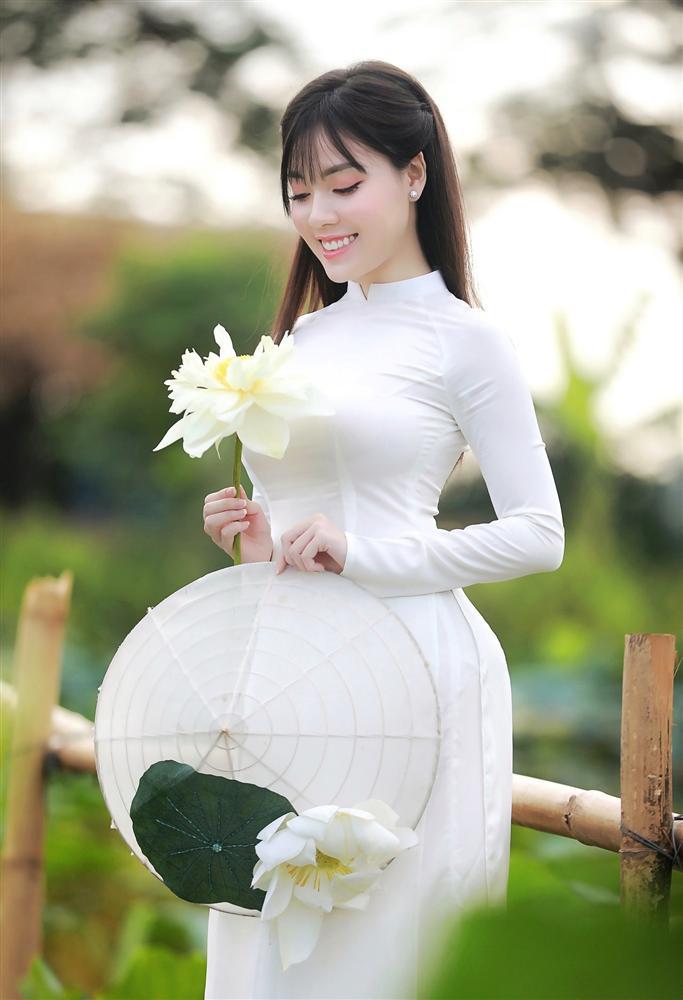 Vẻ đẹp mê hoặc của nữ giảng viên nổi tiếng Hà Nội trong bộ ảnh áo dài bên hoa sen-2