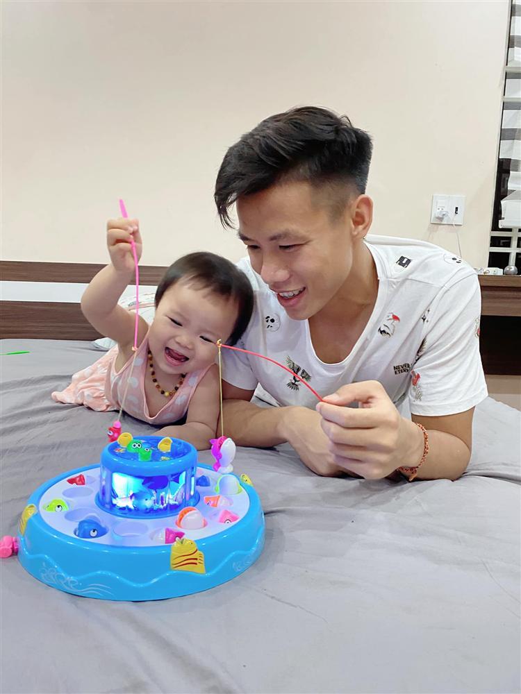 Quế Ngọc Hải mang thói quen ở tuyển VN về nhà, con gái khóc thét trong ngày sinh nhật-8
