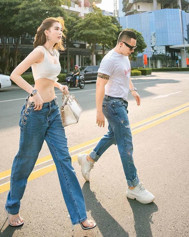 Chán hở trước, Ngọc Trinh lại diện mốt quần jeans hở toang hoác phía sau-6
